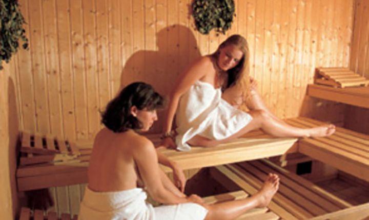In der sauna beschnitten Der beschnittene